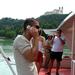 psz napszemüvegben hajón telefonálós