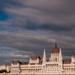 Parlament felhők között